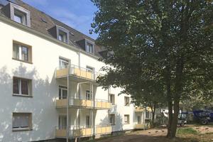 Das Farbkonzept bezieht auch die neu angebrachten Balkone mit ein