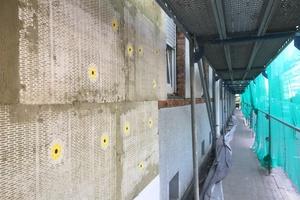 Bei der energetischen Sanierung der Fassaden kam ein WDV-System mit Mineralwolldämmung zum Einsatz. Als Oberflächenfinish wählte der Bauherr einen Silikonharz-Scheibenputz