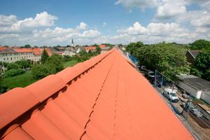 Luftreinigende Dächer – Nebeneffekt: ein Dachleben lang sauber