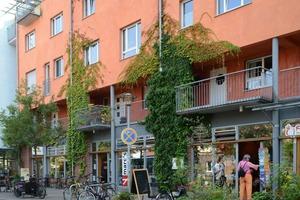 Links: Die Aixer Straße ist das kommerzielle Zentrum des Französischen Viertels<br />