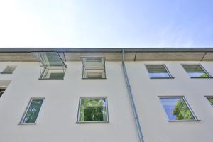 Die Fenster wurden wie Bilderrahmen an der bestehenden Fassade befestigt