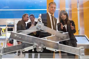 Cemile Özügül von der Firma Xella informiert Gunther Adler über Unternehmens-Lösungen und die Nachhaltigkeit der Baustoffe.