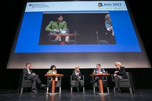 """Staatssekretär Gunther Adler (links) nahm auf der BAU 2017 an der Podiumsdiskussion zum Thema""""Baupolitik ist gefragt""""."""