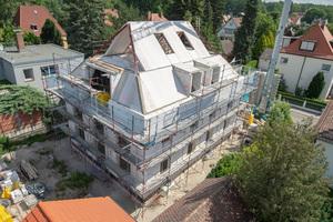 Das dreigeschossige Mehrfamilienhaus wurde mit einem neuen, speziell für den Mehrgeschossbau konzipierten Porenbetonstein erstellt