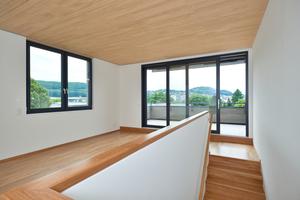 Innenarchitektonisch attraktiver Wohnraum mit astfreien Oberflächen