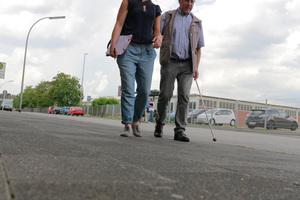 """Ältere Menschen haben es durch körperliche Ein<irspacing style=""""letter-spacing: -0.01em;"""">schränkungen oft schwerer als jüngere Menschen,</irspacing> sich selbständig durch die Stadt zu bewegen"""