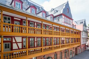 """""""Hof zum Rebstock"""" heißt dieses rekonstruierte barocke Wohn- und Wirtschaftsgebäude mit den verzierten doppelten Holzgalerien. Im Originalbau befand sich ein beliebtes Gasthaus"""