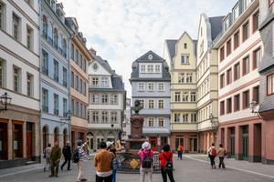 """Der Hühnermarkt ist ein Besuchermagnet. Vor dem blauen Haus """"Zur Flechte"""" erinnert ein Brunnen an den Heimatdichter Friedrich Stoltze"""
