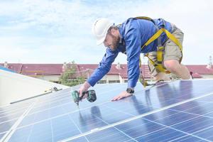 Für die Nutzung des Mieterstroms aus PV-Anlagen installieren und betreiben Unternehmen wie die innogy SE aus Essen hocheffiziente Solaranlagen auf dem Dach eines Wohngebäudes