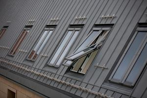 Die flächenbündige Montage der Dachfenster zur Titanzink-Stehfalz-Deckung war eine handwerkliche Herausforderung