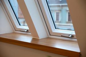 In das Dach des neuen Finanzamtes in Pirna wurden u.a. 40 manuell bedienbare Roto Designo R8 als Zwillinge eingesetzt