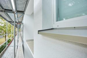Für die Fassadenflächen an Fenstern und Balkonen wählten die Planer der Vonovia ein schlankes WDV-System auf Resol-Hartschaum-Basis