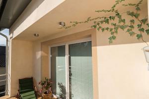 Der 20 Quadratmeter einheitlich große, zur Gartenseite gewandte Balkon wurde mit Triflex Stone Design umgesetzt
