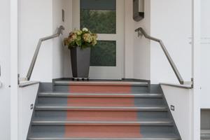 Durch Abkleben verschiedener Bereiche und den Einsatz zweier Sonderfarbtöne entsteht der Effekt eines roten Teppichs