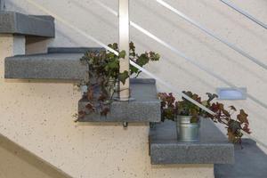 Die Oberflächengestaltung der Treppe hat der Verarbeiter auf die im Innenhof verlegten Pflastersteine abgestimmt