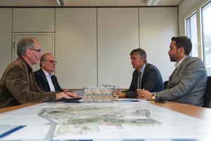 Tauschten sich über die Nutzung von Fördermitteln aus (v.l.n.r.): Architekt Thomas Hepp, Referatsleiter Klaus Müller-Zick, Bürgermeister Lutz Maurer und Landschaftsarchitekt Luca Kist