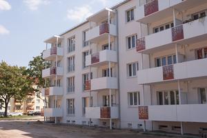 Klassisches Weiß und gezielte Hingucker-Elemente haben aus den typischen Zeilenbauten in Eisenhüttenstadt eine gefragte Adresse gemacht