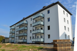 Das Balkonsystem ist nachträglich an das <br />Gebäude angebaut worden