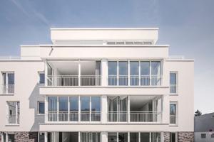 Der Wohnraum wird bei offenen Glas-Faltwänden zur luftigen Loggia