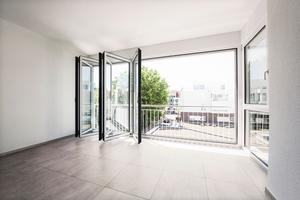 Mit den Glas-Faltwänden und den seitlichen Festelementen dringt das ganze Jahr über viel Helligkeit in das Innere des Wohnraums