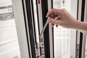 Mithilfe des Reinigungsstiftes lassen sich die Außenseiten der Glas-Faltwände nach innen aufklappen und reinigen