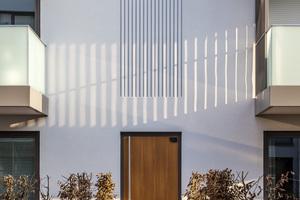Diese Fassadengestaltung wiederholt sich in abgewandelter Form an den Hauseingängen
