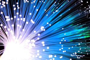 Glasfasern sind extrem dünn, haben aber eine vielfach höhere Übertragungsfähigkeit als Koaxialkabel