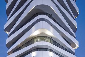 Der weiße Anstrich schützt die Sichtbetonbrüstungen und unterstreicht die Dynamik der Architektur