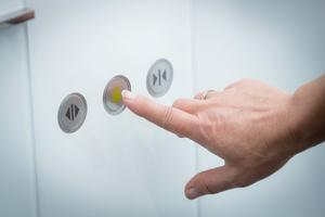 Bei Betätigung der Notruftaste stellt das Fernnotrufsystem automatisch eine Sprechverbindung zu einer ständig besetzten Leitzentrale her