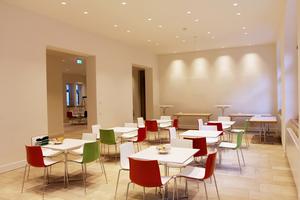 Die Cafeteria im ersten Stock lockt ebenso Besucher an