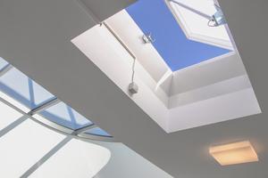 Der Zuluftventilator sorgt gezielt für frische Luft im gesamten Treppenraum. Diese verdünnt die eventuell eingedrungenen Rauchgase und spült sie durch eine geöffnete Lichtkuppel im Treppenraumkopf wieder aus