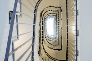Über die innenliegenden notwendigen Treppenräume ist der Rettungsweg sichergestellt