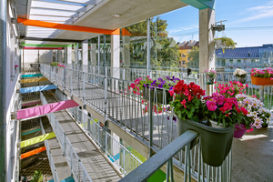 Klushof: Unterschiedlich farbige Riegel an den Laubengängen geben den Bewohnern Orientierung