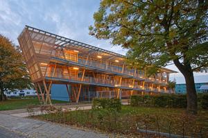 Wulsdorf: Mit Hilfe der Rampenkonstruktion gelangen die Mieter barrierefrei ins zweite Obergeschoss