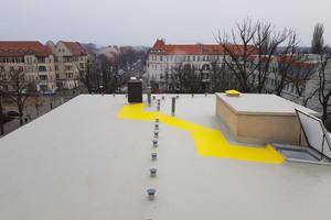 Rutschhemmende Beschichtung in Signalfarben zur Markierung von Wegen gewähren dem Wartungspersonal einen sicheren Zugang