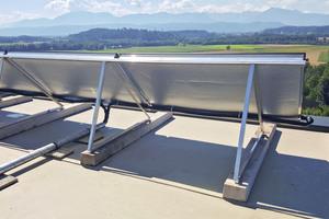 Flachdächer eignen sich für die Installation einer Solaranlage. Die Gestell-Befestigungspunkte lassen sich mit Flüssigkunststoff einbinden