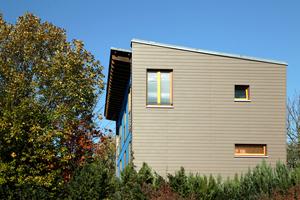 Die Mehrfamilienhäuser sind von viel Grün umgeben und mit neuen Fassaden gestaltet