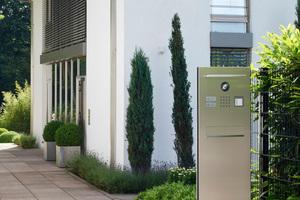 Eine freistehende Türstation Siedle Steel empfängt Besucher und ist über Access in das IP-Netzwerk eingebunden