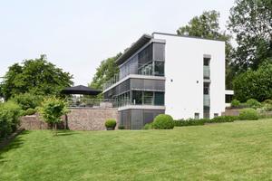 Smarte Haustechnik in klarer, transparenter Architektur: Hier können sich Architekten über moderne Gebäudesteuerung informieren