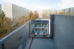 Das Grundstück befindet sich im Lichtenberger Ortsteil Fennpfuhl in einem von zehngeschossigen Plattenbauten umrahmten Innenhof.