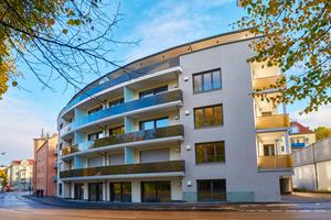 Die neue, fünfgeschossige Wohnanlage folgt dem Verlauf der geschwungenen Jakoberwallstraße