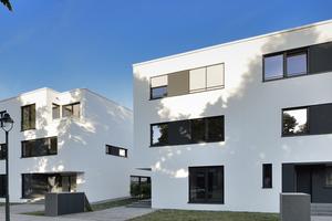 Die dreigeschossigen Gebäude mit zurückgesetzten Staffelgeschossen und großzügigen Balkonen, Loggien und Dachterrassen weisen eine reduzierte, klar ablesbare Architektursprache auf, die sich an der Geschichte des Ortes orientiert