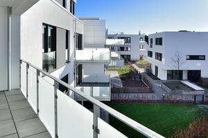 Zum Innenhof hin öffnen sich die Wohnungen mit großen Fenstern, Balkonen und Terrassen. Weil sich die Solitäre an den Bestandshöhen der umliegenden Wohnhäuser orientieren, entstehen attraktive, weitläufige Blickbeziehungen zur Gartenanlage, dem alten Baumbestand auf der Hans-Sachs-Straße und der benachbarten Kirche aus rotem Klinker