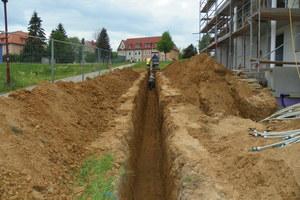 Links: Die Kollektoren können im Voll- wie im Grabenaushub verlegt werden. Der erforderliche Aufwand lässt sich häufig mit anderen Erdarbeiten verbinden