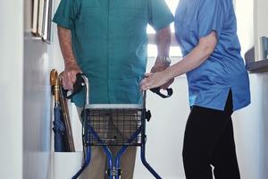 Für viele ältere und geschwächte Menschen sind Türschwellen mit einer Höhe von zwei Zentimetern ein unüberwindbares Hindernis