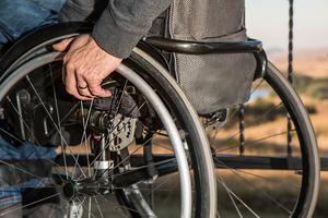 Selbst Türschwellen von nur zwei Zentimetern fordern von Rollstuhlfahrern hohen körperlichem Einsatz<br />