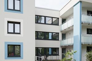 Große Fläche: Der Fachbetrieb Rath aus Schenefeld bei Itzehoe verarbeitete 27.000 m² Dämmplatten, um sie dann zu verputzen und farbig zu gestalten