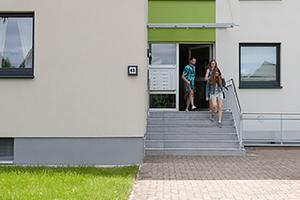 Die farbige Gestaltung der Eingangs- und Treppenhausbereiche bietet Orientierung
