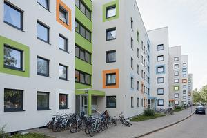Die frische Farbgestaltung in Form von großen, farbigen Fensterfaschen in den Akzentfarbtönen orange, blau, grün und weiß belebt perfekt die strenge, geradlinige Architektur