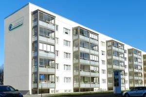 Mit einem hellen, freundlichen Anstrich und neuen Balkonen wurde die Außenansicht des Wohnblocks attraktiv gestaltet